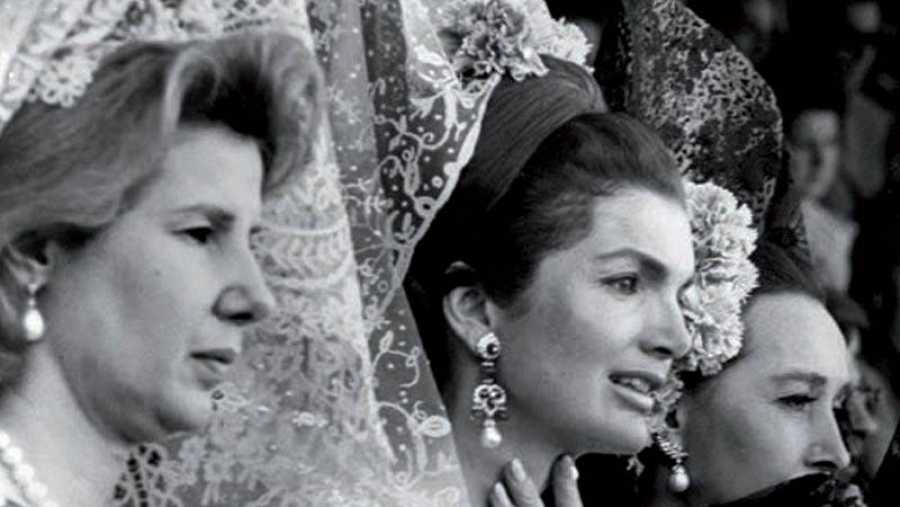 Jackie Kennedy_visita el_Vaticano_con_mantilla_Sardá_1960_fotografía_Life_Magazine